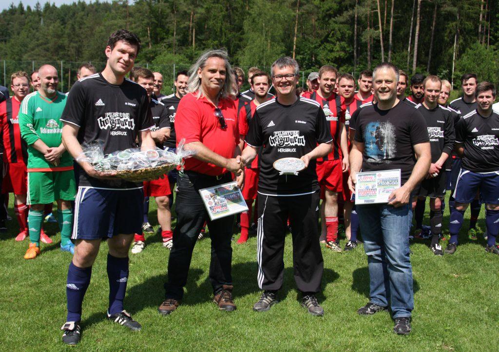 Von links: Kapitän Michael Stiegler, 1. Vorstand Detlef Seidler, Trainer Roland Winkler und 2. Vorstand Roland Wolf